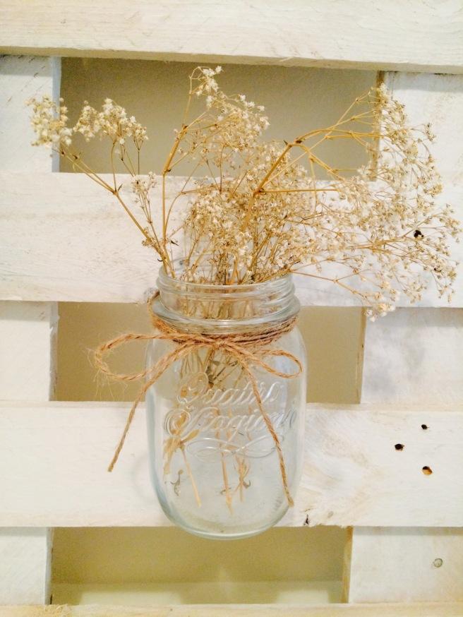Botes con flores colgantes