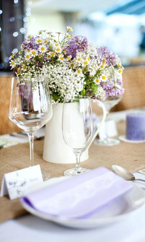 flores-silvestres-y-tonos-malvs-en-mesa-de-boda-foto-halfpoint